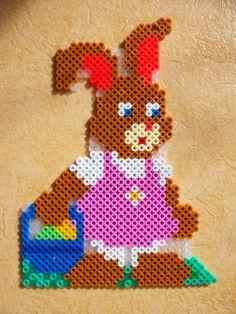 Easter bunny hama perler beads by Nath Hour http://www.creactivites.com/234-plaques-perles-a-repasser-midi-hama
