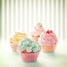 Na alle bijzondere cupcakes recepten nu een keer eentje om uit te printen en groot op je prikbord te plakken: een basis cupcake recept. Verwarm de oven voor op 200 graden. Mix de boter met de basterdsuiker en de vanillesuiker wit en luchtig. Voeg de eieren toe en mix tot een gladde massa. Spatel het […]