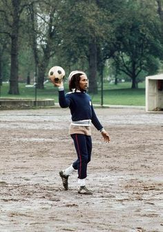 Aside from recording his reggae music, football played a major role throughout Bob Marley's life. Football had allowed him to express himself freely, and it inspired him to continue to. Bob Marley Legend, Reggae Bob Marley, Reggae Style, Reggae Music, Musica Mantra, Bob Marley Pictures, Marley Family, Jah Rastafari, Robert Nesta
