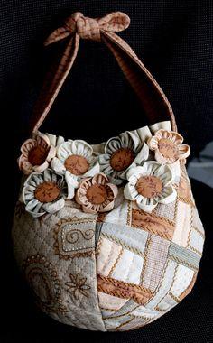 Bolso de tela con flores para llevar en la mano o por Regalosdetela, €95.00