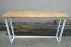 Mesa de arrime con estructura de hierro y planchuela, y tapa de madera de álamo (Madera Maciza).