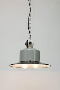 Suspension industrielle en métal emaillé ,1970 :Topper. Époque / Origine : 1970, RDA Matériaux : métal émaillé, Détails : Ampoule E27 X2 ( fournie) 1,5 m de cable fourni. Etat:Très bon Rda, Pendant Lamps, Ceiling Lights, Lighting, Etsy, Home Decor, Industrial, Unique Jewelry, Enamel