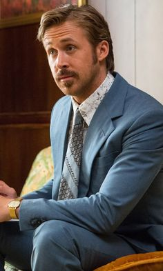 Ryan Gosling with a great Light Blue Suits Dressing like a true gentleman is not only about fashion, but about self-discipline. Smoking Celebrities, Celebrities With Cats, Celebrities Then And Now, Photoshop Celebrities, Hollywood Celebrities, Ryan Gosling Haircut, Ryan Gosling Beard, Light Blue Suit, Blue Suits
