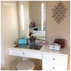 Que tal um cantinho para se arrumar? Penteadeira com gaveta porta-jóia e espelho com iluminação led embutida. 💄💅 Bom final de semana!  #penteadeira #quartofeminino #closet #led #espelho #maquiagem #makeup #arquitetura #arquiteturadeinteriores #homedecor #decor #instadecor #instaarq