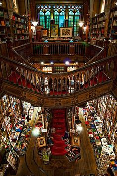 Places I want to visit: Livraria Lello & Irmão- Bookstore in Portugal.Creo que se inspiraron en ella para la librería que aparece en Harry Potter