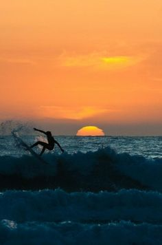 El practicar surf en la puesta del sol. Foto por Catalina Londoño.