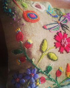 Almohadon bordado a mano hecho con lanas matizadas por Maria Evangelina Pratto
