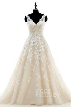 Schickes Brautkleid in A-Linie mit V-Ausschnitt und Hofschleppe, aus Tüll und Spitze ärmellos mit offenem Rücken und Applikationen. CWAT16004