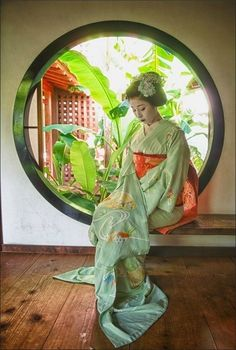 Geisha by a window in Kerala Japanese Costume, Japanese Kimono, Japanese Art, Geisha Art, Memoirs Of A Geisha, Art Asiatique, Yukata, Japan Photo, Japanese Outfits