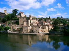 Puy-l'Évêque es uno de esos poblados que solo porque se trata de un país con cantidad de pueblos medievales encantadores, pasa casi desapercibido. Para más ejemplos, estos 7 pueblos congelados en la edad media en Francia.En este caso, hay que trasladarse hasta la región deMidi-Pyrénées, en el departamento de Lot y descubrir que estas postales …