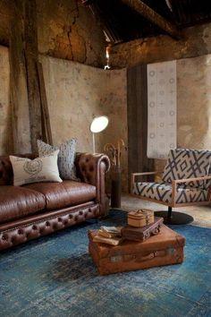 Cuero, mediera, azul y una maleta antingua... Qué más se necesita para estar en casa? | Leather, wood, blue and old bagagge... What else you need to feel like home?