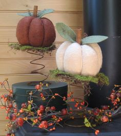 Love this idea for a couple of vintage bed springs I bought at the market days this weekend. Maybe change the décor by season. Bed Spring Crafts, Spring Projects, Spring Art, Fall Crafts, Primitive Fall, Primitive Crafts, Wood Crafts, Rusty Bed Springs, Box Springs