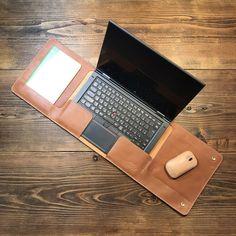 レザーマウスパッド&レザーデスクマット&レザーパームレストになるノートパソコン用インナーケース。 最近のノートパソコンはラッチレスになったのでパームレストとモニタの間にレザーを挟み込み左右からフタをする感じなインナーケースにしました。