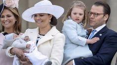 Der gik et sus igennem de fremmødte svenskere, da kronprinsesse Victoria kom frem på Lejonbacken i Stockholm. På armen havde hun nemlig hendes og prins Daniels otte uger gamle søn.