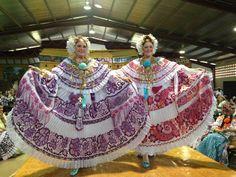 Las Velasco con sus polleras en el Festival