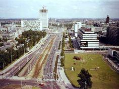 Het Weena in de zomer van1974, toen de Hofpoort werd gebouwd. Links het Worstbos, genoemd naar wethouder Worst, met daarin o.a. de befaamde Harbour Jazz Club en nog een paar paviljoens die na C '70 waren blijven staan. Rechts het hertenkamp.
