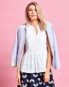 burda style, Schnittmuster, Schößchen-Bluse 06/2017 #118C, Durch die Lochspitze erhält die Bluse mit schmalem V-Ausschnitt und Schößchen Stand und mädchenhaften Vintage-Charakter. Besonders kleinen Frauen steht das Modell ausgezeichnet. Pikee-Blazer und Midirock machen sie absolut bürotauglich.