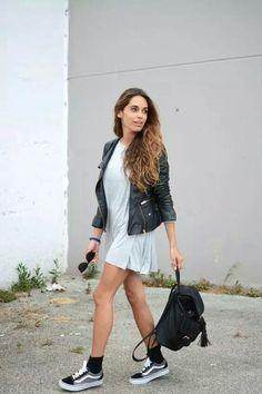8 Provas que o Vans Old Skool pode deixar seu look bem mais style. Jaqueta de couro, vestido curto, meia à mostra preta, tênis preto com cinza