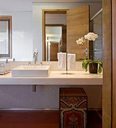 Uma casa na montanha. Veja: https://casadevalentina.com.br/projetos/detalhes/casa-da-montanha-534 #details #interior #design #decoracao #detalhes #decor #home #casa #design #idea #ideia #charm #charme #casadevalentina #bathroom #banheiro #lavabo
