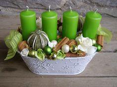 Advent v zelenobílé II Adventní svícen v plechovém truhlíčku laděný do zelenobílé. Použity ořechy, skořice, baňky, pěnové růžičky....