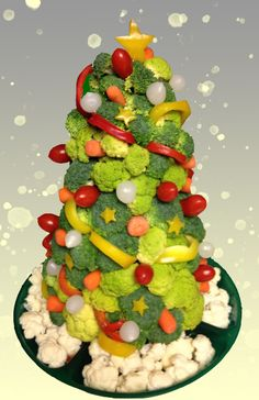 Here are over 100 Christmas tree shaped food ideas. These Christmas recipes include snacks, appetizer dinner & desserts.Check out these Christmas food ideas Christmas Veggie Tray, Fruit Christmas Tree, Gingerbread Christmas Tree, Christmas Tree Cupcakes, Christmas Party Food, Christmas Appetizers, Christmas Ideas, Office Christmas, Christmas Recipes