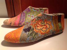 Hormas de zapatos decoradas con decoupage .