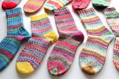 【動画あり】つま先から編む靴下の編み方・1回目。使用する材料と道具、採寸など【ドイツ式の引き返し編み】 – My Cup of Tea Knitting Charts, Knitting Socks, Mittens, Projects To Try, Handmade, Crafts, Accessories, Socks, Wool