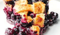 This delicious lattice topped Homemade Blueberry Pie Recipe is a year round favorite dessert. Homemade Blueberry Pie, Blueberry Pie Recipes, Blueberry Desserts, Blueberry Cobbler, Blueberry Cheesecake, Homemade Pie, Delicious Desserts, Dessert Recipes, Yummy Food