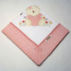 Cueiro de flanela bordado, com barrado em tecido floral rosa. <br> <br>Aconchegante, pr�tico e t�o lindo, que pode ser usado como manta. <br> <br>Tamanho: 78 x 80 cm <br> <br>Tecido: Flanela - 100% algod�o