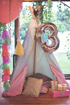 Tipi para decoración fiesta infantil con globo número 3