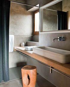 Wastafel over de hele breedte in natuur hout. Handdoek bar onder de wastafel. Kraantje uit de muur. Inham links en rechts van spiegel, eventueel met leggers.