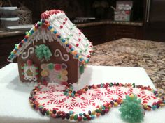 Homemade Gingerbread House, Graham Cracker Gingerbread House, Cool Gingerbread Houses, Gingerbread House Designs, Gingerbread House Parties, Gingerbread Village, Christmas Gingerbread House, Christmas Candy, Christmas Treats