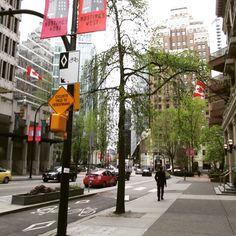 Vancouver possui mais de 270 km de ciclovia. Caso canse de pedalar, ônibus e metrôs são equipados para acomodar sua bike. (Photo by Karina Valeretto)