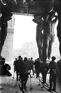 II Guerra Mundial, na Rússia - a Grande Guerra Patriótica (22 de junho de 1941 - 09 de maio de 1945). Soldados russos de esqui no Museu Hermitage em Leningrado. 1943.