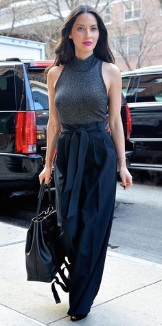 Olivia Munn proved that a ribbed sleeveless turtleneck and a pair of high-waist wide-leg pants make for the perfect fashion pairing when she coupled her gray A.L.C top with a navy pleated pair, complete with delicate gold jewelry, a black holdall, and black peep-toes. #oliviamunn