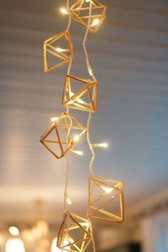 create a large lamp Straw Decorations, Christmas Decorations, Diy Straw, Large Lamps, Basket Decoration, Painted Pots, Crafty Craft, Geometric Designs, Triangles
