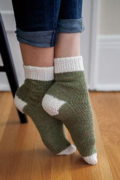 Crochet Patterns Socks Love these Lazy Weekend Socks, knit in warm and cozy Wool of the Andes Superwash. Gilet Crochet, Crochet Socks, Knit Or Crochet, Knitting Socks, Hand Knitting, Summer Knitting, Knitted Slippers, Knitting Machine, Vintage Knitting