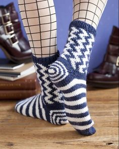 Ravelry: Gettin' Ziggy pattern by Cathy Carron ☆ Knitting Designs, Knitting Projects, Knitting Patterns, Crazy Socks, Cool Socks, Knitting Socks, Hand Knitting, Knit Socks, Crochet Slippers