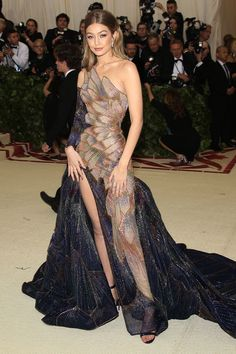 Modern Design and Living Gala Dresses, Red Carpet Dresses, Elegant Dresses, Pretty Dresses, Couture Fashion, Runway Fashion, Met Gala Outfits, Fantasy Gowns, Beautiful Gowns