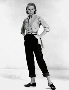 """Grace Kelly - In this image of actress Grace Kelly, she is wearing the """"pedal pushers"""" style of pant. Pedal pushers were shorter midcalf-length pants. 1950s Fashion Pants, Vintage Fashion 1950s, Vintage Mode, 1960s Fashion, Beatnik Fashion, Vintage Fur, Grace Kelly Mode, Grace Kelly Style, Grace Kelly Fashion"""