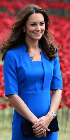Kate Middleton Duchess of Cambridge. Kate Middleton is smiling with the flowers picture. Princesse Kate Middleton, Kate Middleton Prince William, Herzogin Von Cambridge, Prinz William, Kate Dress, Princesa Kate, Estilo Real, Kate Middleton Style, Prince William And Kate