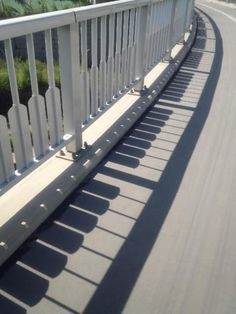 Take a look at this amazing Shadow Piano Illusion: Accidental or Intentional? Browse and enjoy our huge collection of optical illusions and mind-bending images and videos. The Piano, Piano Man, Photos D'ombre, Art Pictures, Shadow Art, Shadow Play, Land Art, Public Art, Optical Illusions