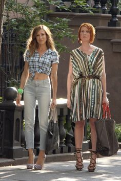 Carrie Bradshaw (Sarah Jessica Parker) & Miranda Hobbes (Cynthia Nixon)- sex and the city Carrie Bradshaw Outfits, Carrie Bradshaw Style, City Outfits, Fashion Outfits, Carrie And Big, Newspaper Dress, Sarah Jessica Parker, City Style, Passion For Fashion