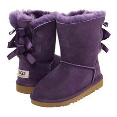 Dear Santa, Please bring me these purple uggs with bows. I have been very very good and I really deserve them. Uggs With Bows, Bow Uggs, Original Ugg Boots, Purple Uggs, Purple Shoes, Sheepskin Ugg Boots, Bailey Bow, Site Nike, Kinds Of Shoes