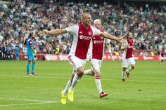 Mike van der Hoorn maakte zondagmiddag eindelijk zijn eerste officiële goal gemaakt Ajax. De verdediger kopte de 3-0 tegen de touwen. Van der Hoorn ging natuurlijk uit zijn dak.