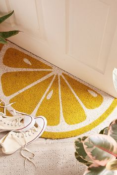 It's Official: You're About to See Lemon Yellow in Homes Everywhere There's nothing sour about this lively shade! - lemon yellow home decor - lemon doormat Yellow Home Decor, Diy Home Decor, Room Decor, Yellow Decorations, Deco Originale, Farmhouse Side Table, Sunnylife, Diy Décoration, Diy Crafts