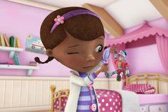 Desenho doutora brinquedos:  o quarto é rosa, mas em tons claros. a parte de madeira dá um toque muito bonito. proteção estilo princesa em cima da cama prateleiras para livros e desenhos das crianças nas paredes