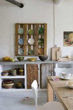 Cuisine rustique avec étagère en palette http://www.homelisty.com/meuble-en-palette/