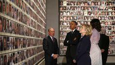 الرئيس الأمريكي باراك أوباما ووزير الخارجية الأمريكية السابقة هيلاري كلينتون والعمدة السابق لنيويورك في المتحف الوطني لذكرى ضحايا هجمات 11 سبتمبر