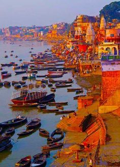 Famous for its series of Hindu temples, 100 Ghats, and rituals; Varanasi is nestled on the banks of the Ganges in the state of Uttar Pradesh. Whenever you come here, you will find people having a dip in the holy Ganges or praying at the Ghats. Temple India, Hindu Temple, Varanasi, Holi, Amazing India, Aesthetic Photography Nature, New Years Poster, India People, The Beautiful Country